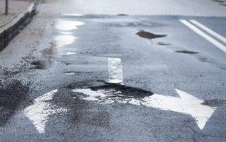 Uszkodzenia pojazdu w wyniku złego utrzymania stanu dróg. Do kogo zwrócić się o pomoc i odszkodowanie?